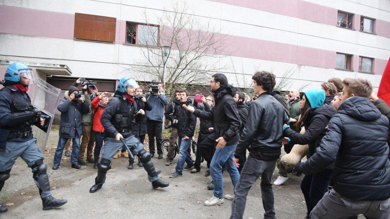 Casa social log bologna sfida merola e la polizia - La casa continua bologna ...